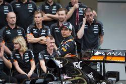 Sergio Pérez, Sahara Force India con miembros de su equipo