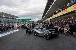 Nico Hulkenberg, Sahara Force India y Sergio Pérez, Sahara Force India Team se toma la foto con los