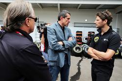Gene Haas, directeur Haas Automotion met Guenther Steiner, Haas F1 teambaas en Romain Grosjean, Lotu