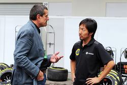 Guenther Steiner, Haas F1 Team Principal met Ayao Komatsu, Lotus F1 Team Race Engineer