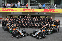 Nico Hulkenberg, Sahara Force India F1 en Sergio Perez, Sahara Force India F1 bij een teamfoto