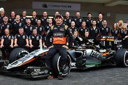 Sergio Perez, Sahara Force India F1 lors d'une séance photo de l'équipe