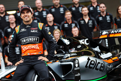 Sergio Perez, Sahara Force India F1 bij een teamfoto