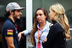 Carlos Sainz Jr., Scuderia Toro Rosso met Carmen Jorda, Lotus F1 Team ontwikkelingsrijder