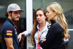 Carlos Sainz Jr., Scuderia Toro Rosso, mit Carmen Jorda, Lotus F1 Team, Entwicklungsfahrerin
