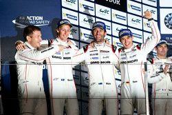 Подиум: победители Тимо Бернхард, Марк Уэббер, Брендон Хартли, Porsche Team с Андреасом Сейдлом, рук