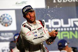 Podium : le vainqueur Mark Webber fête sa victoire au Champagne