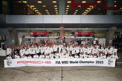 La photo de famille de Porsche, Champions du Monde 2015