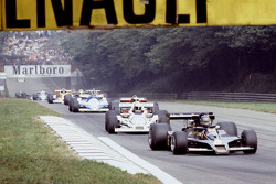 Ronnie Peterson, Lotus F1 Team y Alan Jones, Williams, en la vuelta de calentamiento