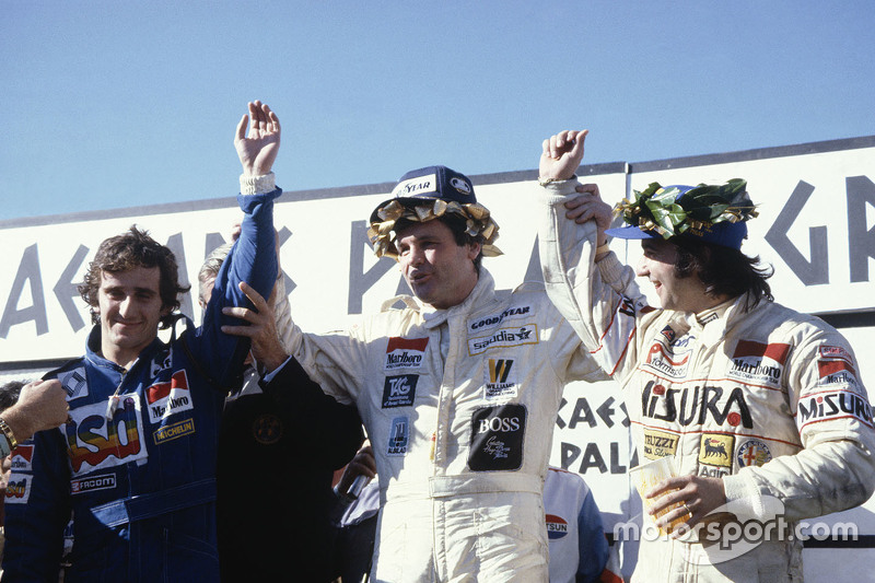Podium: ganador, Alan Jones, Williams, segundo lugar, Alain Prost, tercer lugar, Bruno Giacomelli