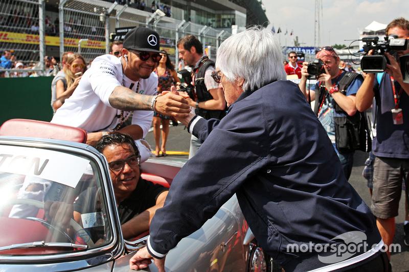 Lewis Hamilton recebe cumprimentos de Bernie Ecclestone