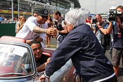 Lewis Hamilton, Mercedes AMG F1 met Bernie Ecclestone op de rijdersparade