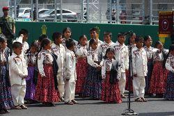 أطفال صغار يغنون على شبكة الإنطلاق