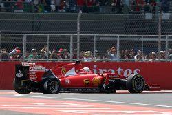 Sebastian Vettel, Ferrari SF15-T avec une crevaison au premier tour