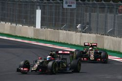 Romain Grosjean, Lotus F1 E23 devant son équipier Pastor Maldonado, Lotus F1 E23
