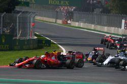 Sebastian Vettel, Ferrari SF15-T et Daniel Ricciardo, Red Bull Racing RB11 se touchent au début de la course