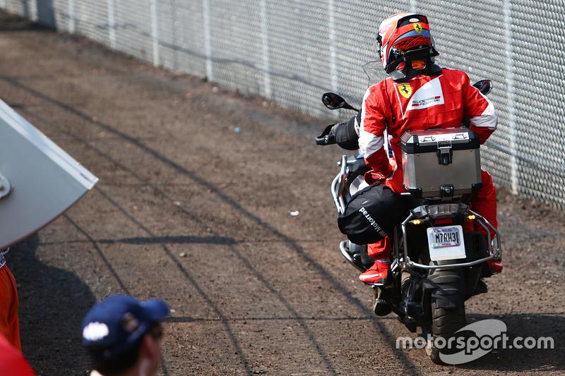 Kimi Raikkonen retorna de carona após abandono
