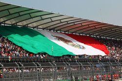 العلم المكسيكي فوق المدرجات الرئيسية