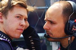 Daniil Kvyat, Red Bull Racing met Gianpiero Lambiase, Red Bull ingenieur op de grid