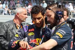 Daniel Ricciardo, Red Bull Racing met Simon Rennie, Red Bull Racing ingenieur op de grid