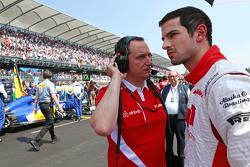 Alexander Rossi, Manor Marussia F1 Team op de grid met Gianluca Pisanello, Manor Marussia F1 Team ho