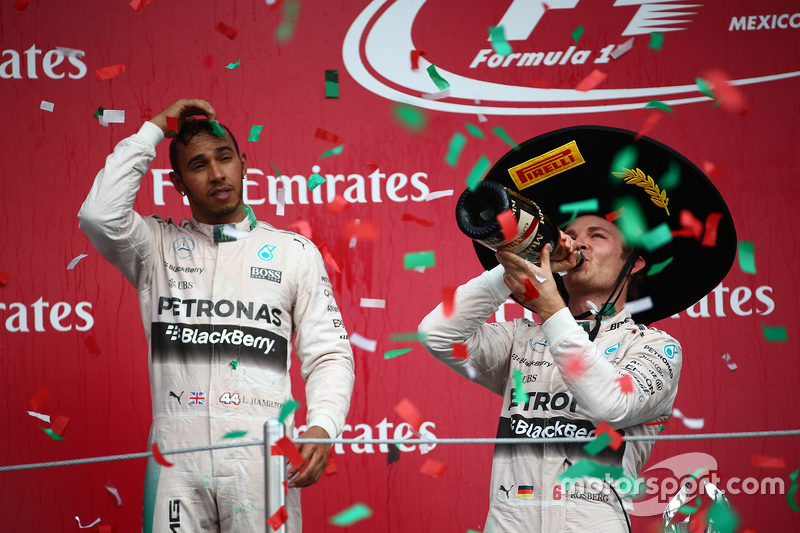 Podium: Segundo lugar, Lewis Hamilton, Mercedes AMG F1 con el ganador de la carrera, Nico Rosberg, Mercedes AMG F1 W06