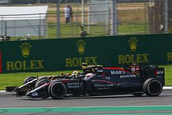 Jenson Button, McLaren MP4-30 y Pastor Maldonado, Lotus F1 E23 pelean por la posición