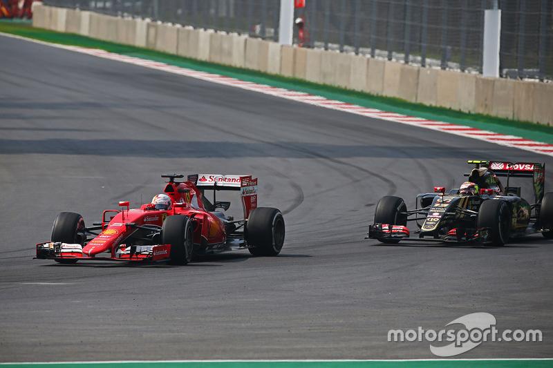 Sebastian Vettel, Ferrari SF15-T ve Pastor Maldonado, Lotus F1 E23 pozisyon için mücadele ediyor