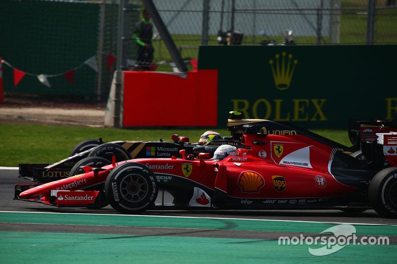 Sebastian Vettel, Ferrari SF15-T y Pastor Maldonado, Lotus F1 E23 pelean por la posición