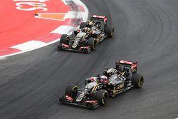 Romain Grosjean, Lotus F1 E23 et Pastor Maldonado, Lotus F1 E23 saluent le public à la fin de la course