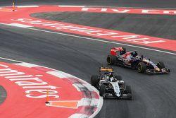 Sergio Perez, Sahara Force India F1 VJM08 et Max Verstappen, Scuderia Toro Rosso STR10 saluent le public à la fin de la course