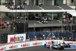 نيكو روزبرغ، مرسيدس ولويس هاميلتون، مرسيدس يحتفلان في المنطقة المغلقة