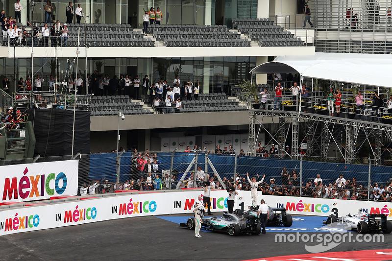 Ganador de la carrera, Nico Rosberg, Mercedes AMG F1 W06 y el segundo lugar, Lewis Hamilton, Mercedes AMG F1 W06 celebran en el parc ferme