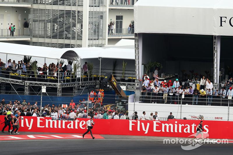 Russell Batchelor, fotógrafo de XPB Images corre hacia podium