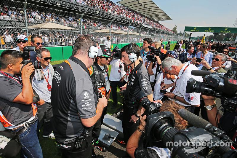 Sergio Perez, Sahara Force India F1 con Tim Wright, Sahara Force India F1 Team Ingeniero de Carrera en laparrilla