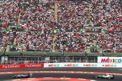 Nico Rosberg, Mercedes AMG F1 W06 voor ploegmaat Lewis Hamilton, Mercedes AMG F1 W06