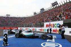 Le vainqueur Nico Rosberg, Mercedes AMG F1 W06 célèbre sa victoire dans le parc fermé