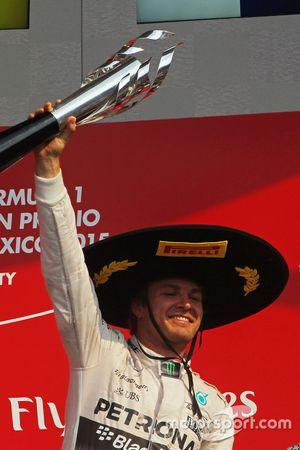 Podium : le vainqueur Nico Rosberg, Mercedes AMG F1