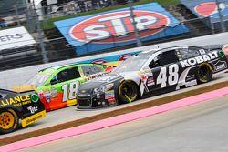 Jimmie Johnson, Hendrick Motorsports Chevrolet en Kyle Busch, Joe Gibbs Racing Toyota