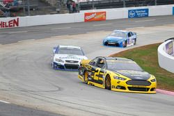 Brad Keselowski, Team Penske Ford et Casey Mears, Germain Racing Chevrolet