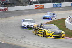 Brad Keselowski, Team Penske Ford et Casey Mears, Germain Racing Chevrolet
