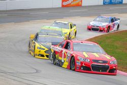 Jamie McMurray, Chip Ganassi Racing Chevrolet; Brad Keselowski, Team Penske Ford