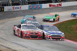 Michael Annett, HScott Motorsports Chevrolet et Trevor Bayne, Roush Fenway Racing Ford