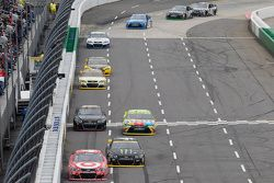 Kyle Larson, Chip Ganassi Racing Chevrolet et Kurt Busch, Stewart-Haas Racing Chevrolet