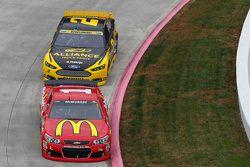 Jamie McMurray, Chip Ganassi Racing Chevrolet et Brad Keselowski, Team Penske Ford