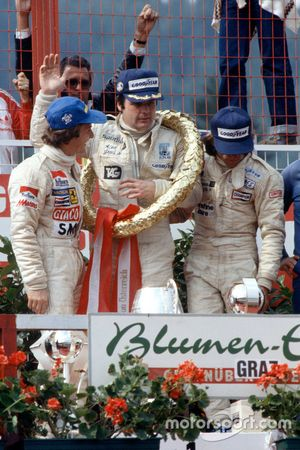 Podio: Il vincitore Alan Jones, Williams, secondo Gilles Villeneuve, Ferrari, terzo Jacques Laffite