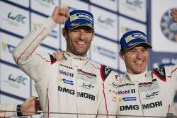 Podio: Ganadores de la carrera Timo Bernhard conMark Webber, Porsche Team
