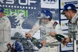 Yarış kazananı Timo Bernhard, Mark Webber, Brendon Hartley, Porsche Takımı podyum kutlaması