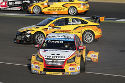 Tom Coronel, ROAL Motorsport Chevrolet Cruze, na crash met Nick Catsburg en Nicolas Lapierre, Lada S