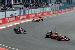 Kimi Raikkonen, Ferrari SF15-T et Jenson Button, McLaren MP4-30